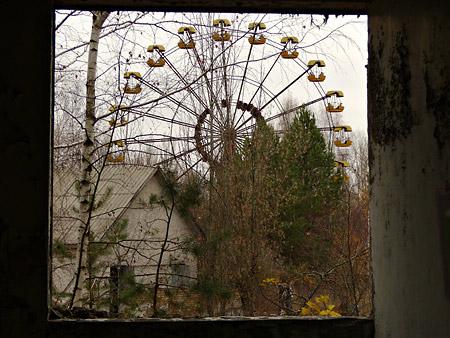 Petit tour à Chernobyl et Pripyat Fenetre-roue-chernobyl
